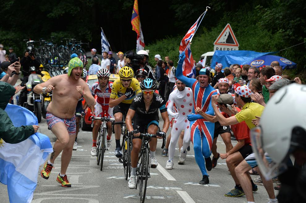 Deţinătorul tricoului galben de lider al clasamentului general, britanicul Christopher Froome (C), pedalează în pluton, în timpul celei de-a 18-a etape a Turului Franţei,  între Gap şi Alpe-d'Huez, în Alpii Francezi, joi, 18 iulie 2013.