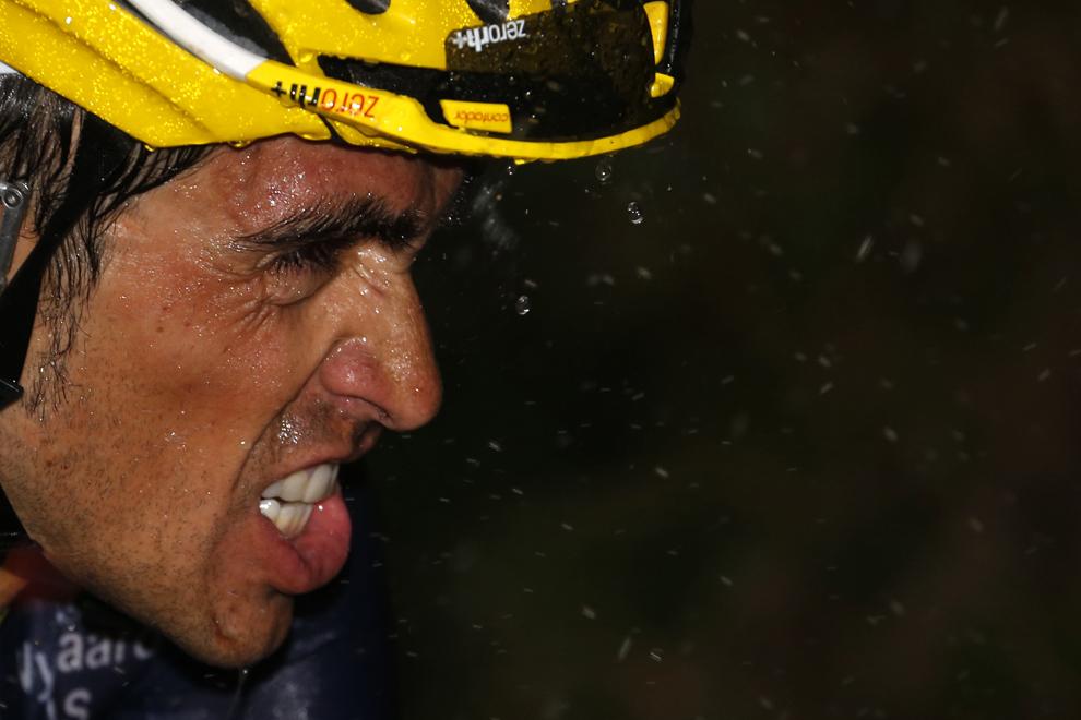 Spaniolul Alberto Contador pedalează pe furtună, în timpul celei de-a 19-a etape a Turului Franţei, între Bourg-d'Oisans şi Le Grand – Bornand, în alpii Francezi, vineri, 19 iulie 2013.