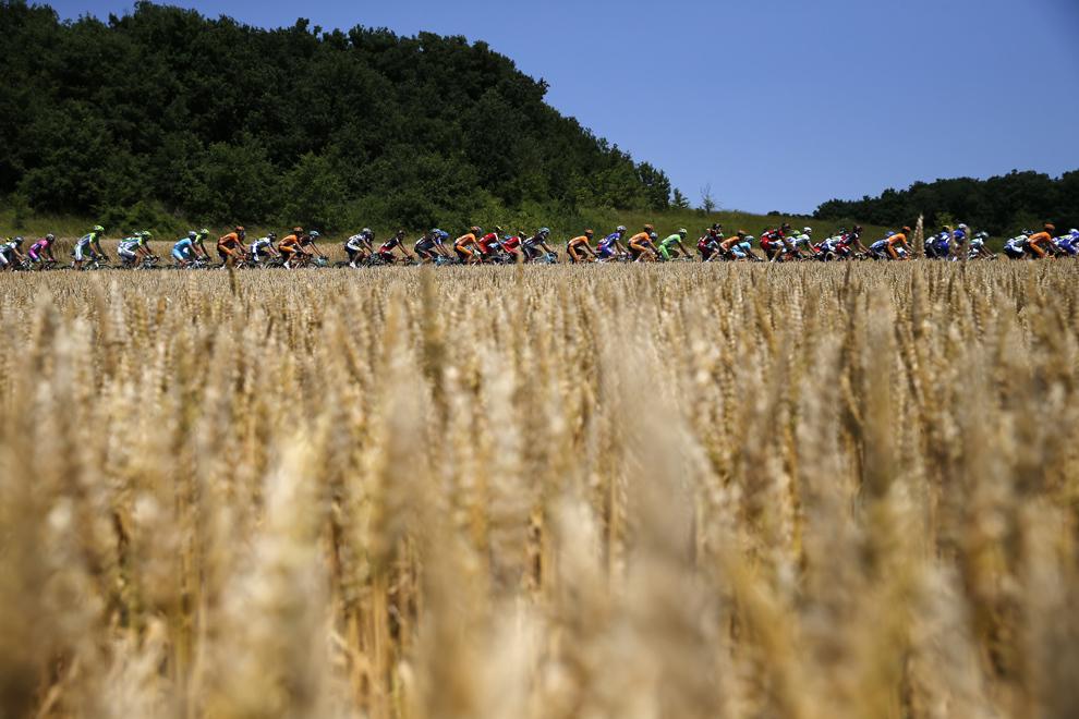 Un pluton de rutieri poate fi văzut în timpul celei de-a treisprezecea etape a Turului Franţei, între Tours şi Saint-Amand-Montrond, în centrul Franţei, vineri, 12 iulie 2013.