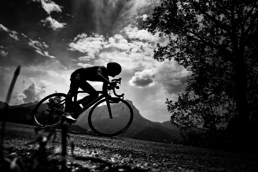 Spaniolul Jon Izaguirre Insausti pedalează în proba de contratimp individual din cea de-a 17- a etapă a Turului Franţei, între Embrun şi Chorges, în sud-estul Franţei, miercuri, 17 iulie 2013.