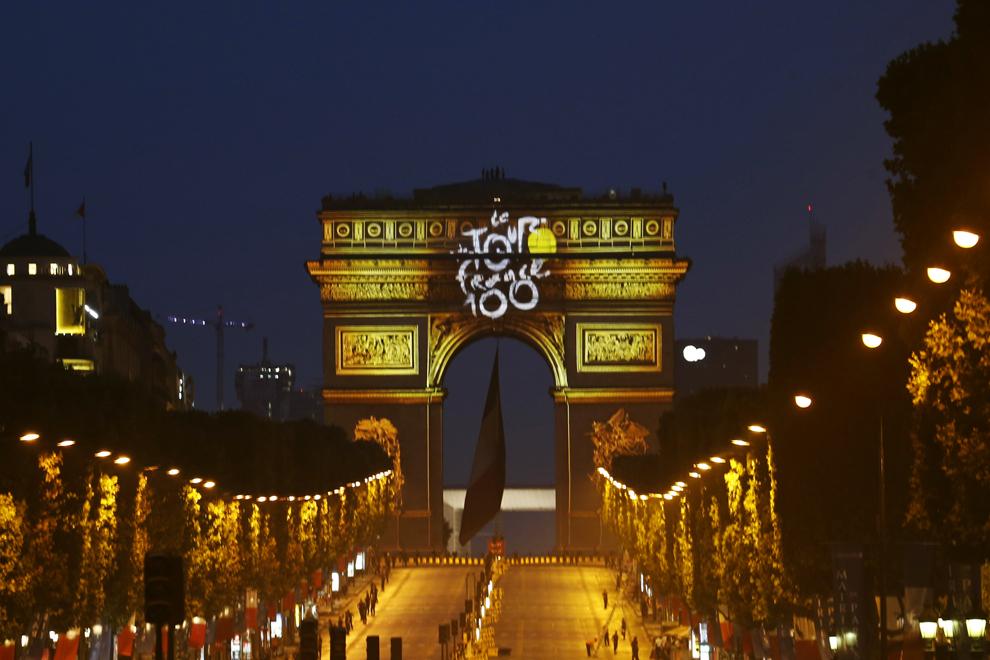 """Mesajul """"Tour de France 100"""", alături de culoarea galbenă - ce face referinţă la tricoul galben de lider, sunt proiectate pe Arcul de Triumf de pe Champs Elysees, la sfârşitul celei de-a 21-a etape ce marcheaza finalul Turului Franţei, în Paris, duminică, 21 iulie 2013."""