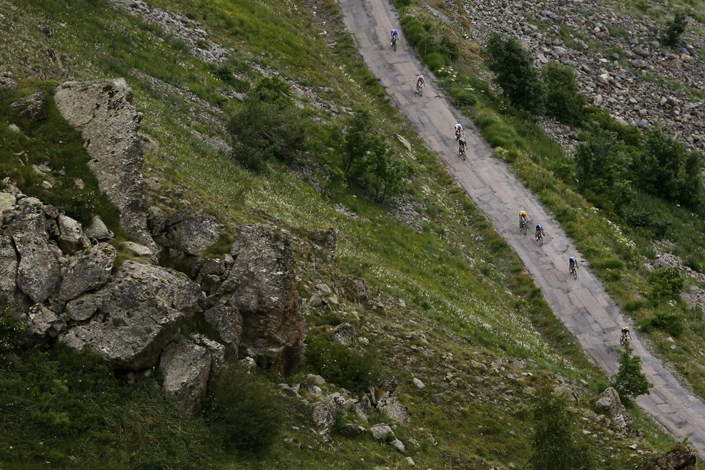 Deţinătorul tricoului galben de lider al clasamentului general, britanicul Christopher Froome (C), pedalează pe Col de Sarenne, în timpul celei de-a 18-a etape a Turului Franţei, între Gap şi Alpe-d'Huez, în Alpii Francezi, joi, 18 iulie 2013.