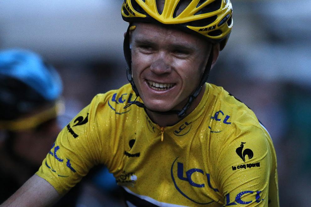 Castigatorul Turului Franţei la ciclism, britanicul Christopher Froome, zâmbeşte după trecerea liniei de sosire, la finalul celor 133.5 km, din etapa a 21-a a Turului Franţei, între Versailles şi Paris, duminică, 21 iulie 2013.