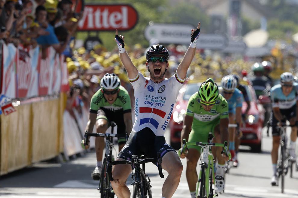 Britanicul Mark Cavendish sărbătoreşte trecerea liniei de sosire a celei de-a treisprezecea etape a Turului Franţei, între Tours şi Saint-Amand-Montrond, în centrul Franţei, vineri, 12 iulie 2013.