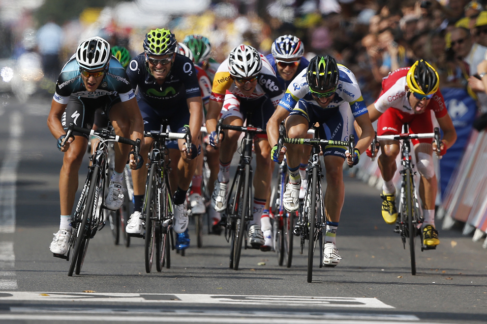 Italianul Matteo Trentin (S) sprintează înaintea câştigării celei de-a paisprezecea etape a Turului Franţei, între Saint-Pourcain-sur-Sioule şi Lyon, sâmbătă, 13 iulie 2013.