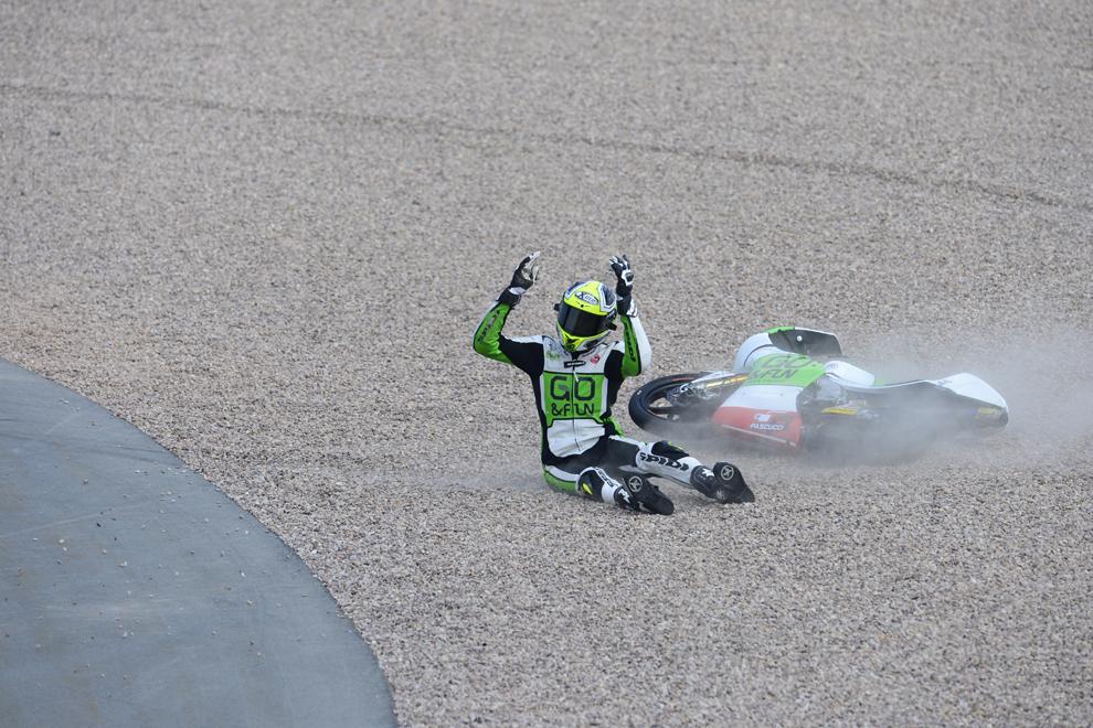 Lorenzo Baldassarri de la Honda reacţionează după un accident, în timpul cursei Moto3 din cadrul Grand Prix-ului Germaniei, pe circuitul Sachsernring din Hohensetein – Ernstthal, Germania, duminică, 14 iulie 2013.