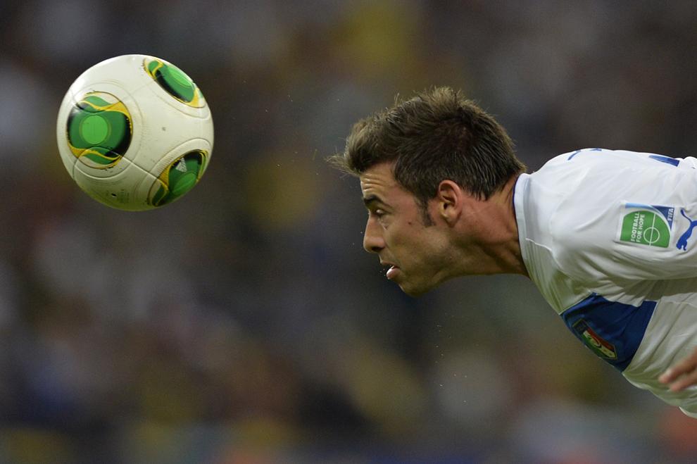 Fundaşul Italiei, Andrea Barzagli loveşte mingea cu capul în timpul cupei FIFA Confederations Cup Brazil 2013, în timpul meciului din Grupa A contra Mexicului, pe stadionul Maracana din Rio de Janeiro, Brazilia, sâmbătă, 16 iunie 2013.