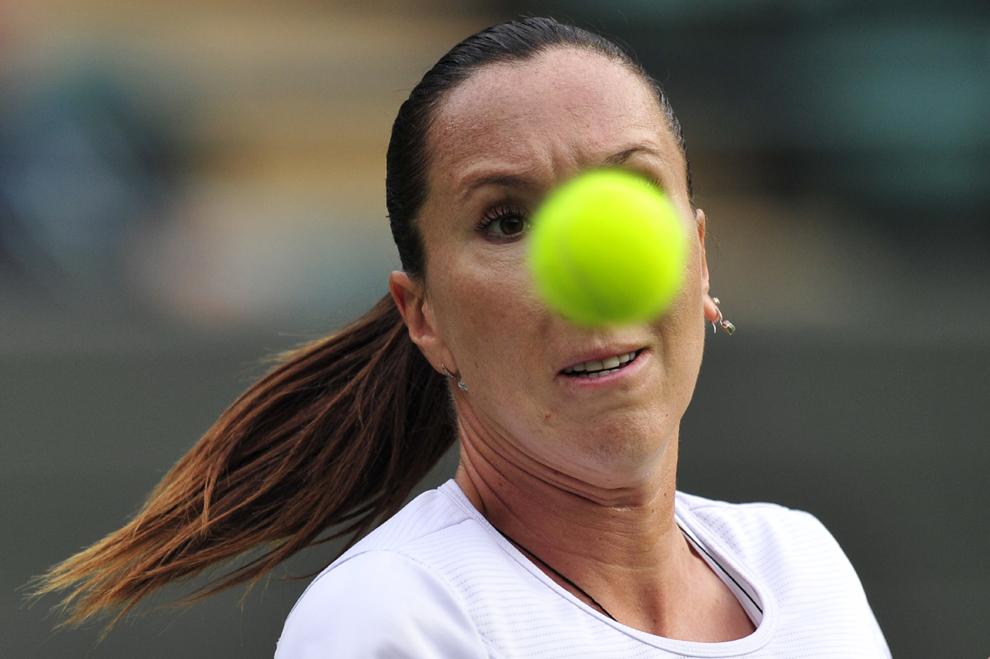 Jelena Jankovic loveşte mingea împotriva jucătoarei Vesna Colonc, în timpul celei de-a doua runde a meciului din ziua a treia a turneului de la Winbledon, în Londra, Marea Britanie, miercuri, 26 iunie 2013.