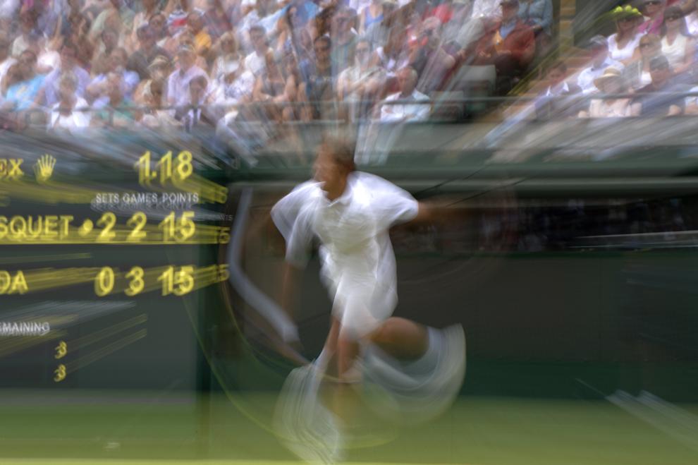 Francezul Richard Gasquet loveşte mingea în meciul contra japonezului Go Soeda, în timpul rundei a doua a meciului din ziua a patra turneului de la Wimbledon, în Londra, Marea Britanie, joi, 27 iunie 2013.