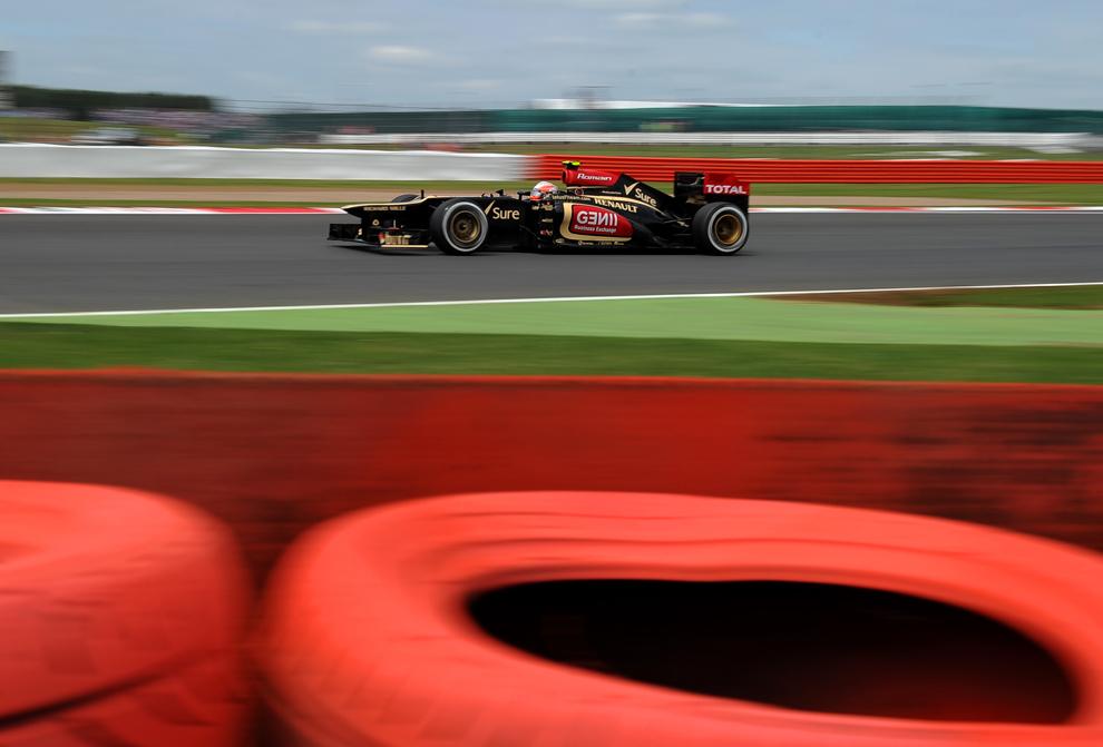 Pilotul francez al echipei Lotus F1 conduce în timpul sesiunii de calificări pe circuitul Silverstone din Silverstone, Marea Britanie, sâmbătă, 29 iunie 2013.