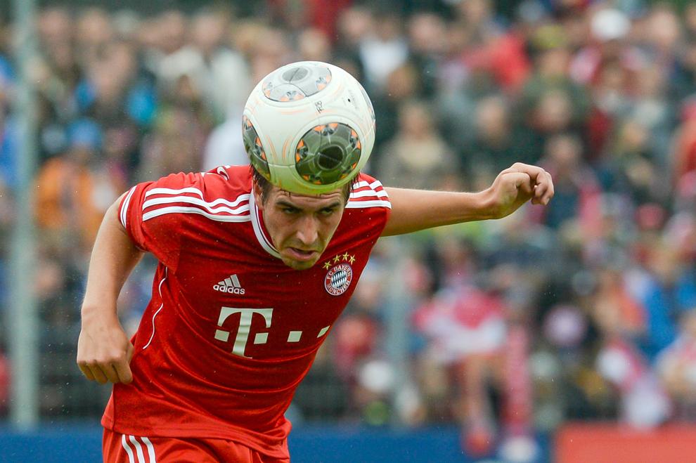 Phillipp Lahm, căpitanul echipei Bayern Munchen, loveşte mingea cu capul în timpul meciului de antrenament contra Fanclub Wildenau, în Weiden, Germania.