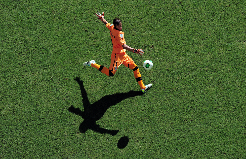 Portarul echipei naţionale a Uruguayului, Fernando Muslera, loveşte mingea în timpul meciului cu Italia, din cupa FIFA Confederations Cup Brazil 2013, pe stadionul Fonte Nova Arena din Salvador, Brazilia, duminică, 30 iunie 2013.