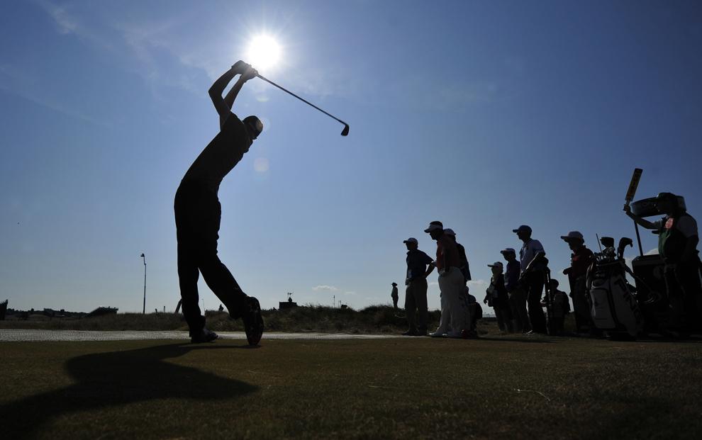 Englezul Jimmy Mullen loveşte mingea în timpul ultimei zile de antrenamente, înaintea Campionatului de Golf British Open 2013, pe terenul de golf Muirfield din Gullane, Scoţia, miercuri, 17 iulie 2013.