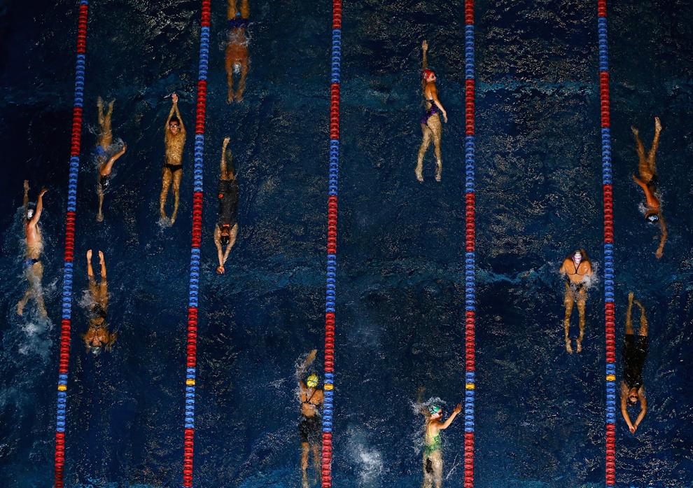 Competitori înoată în piscina de încălzire înaintea preliminariilor din a doua zi a Campionatului  Naţional de Înot USA Phillips 66 şi World Trials, în complexul de Nataţie al Universităţii Indiana, din Indianapolis, Indiana, SUA,  miercuri, 26 iunie  2013.
