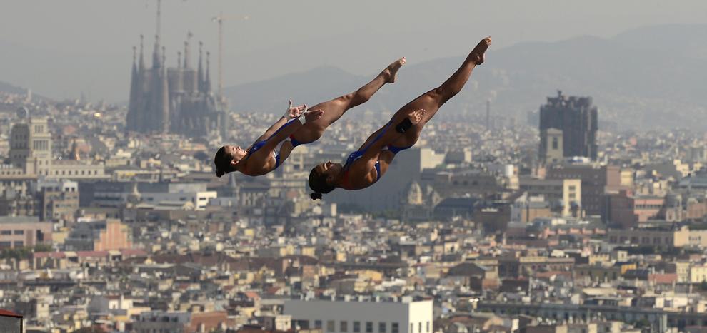 Samantha Bromberg şi Cheyenne Cousineau sar în timpul probei de sărituri în apă sincron – 10 metri platformă, din cadrul Campionatelor Mondiale Fina, desfăşurate în Barcelona, luni, 22 iulie 2013.