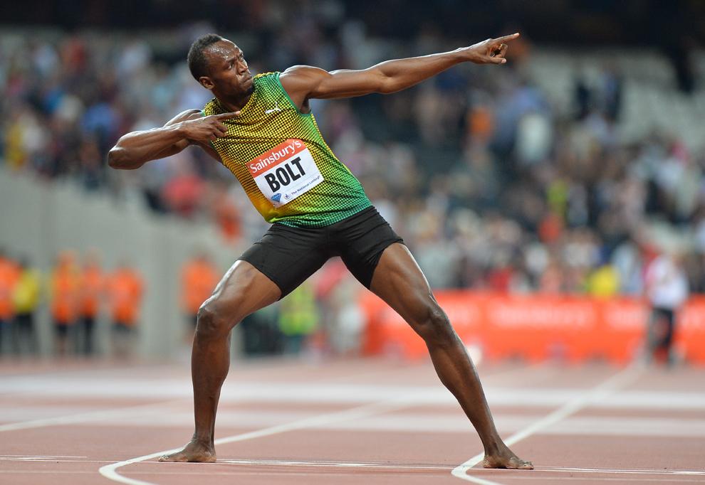Sprinterul jamaican Usain Bolt pozează după câştigarea probei de 100 de metri, din cadrul campionatelor IAAF Diamond League International Athletics, pe Stadionul Olimpic din Londra, vineri, 26 iulie 2013.