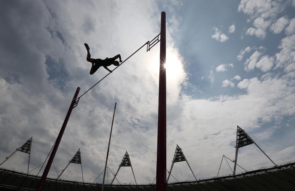 Renault Lavillenie reacţionează după ce a egalat recordul de înălţime, în timpul probei de sărituri cu prăjina, din cadrul campionatelor IAAF Diamond League International Athletics, pe Stadionul Olimpic din Londra, sâmbătă, 27 iulie 2013.
