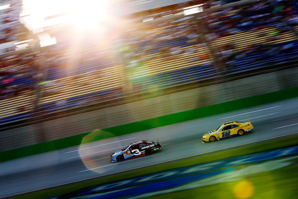 Austin Dillon, pilotul automobilului Advocare Chevrolet cu nr. 3, conduce înaintea lui Sam Hornish Jr., pilotul automobilului Penske Truck Rental Ford cu nr. 12, în timpul Campionatului Naţional de NASCAR seria Feed The Children 300 de pe arena Kentucky Speedway, din Sparta, Kentucky, SUA, vineri, 28 iunie 2013.