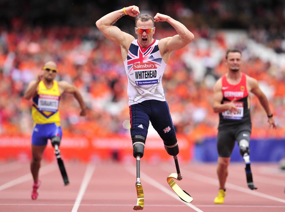 Richard Whitehead din Marea Britanie se bucură după câştigarea probei masculine de 200 de metri, în cadrul Jocurilor Aniversare Londoneze - International Para Challenge, pe Stadionul Olimpic din Londra, duminică, 28 iulie 2013.
