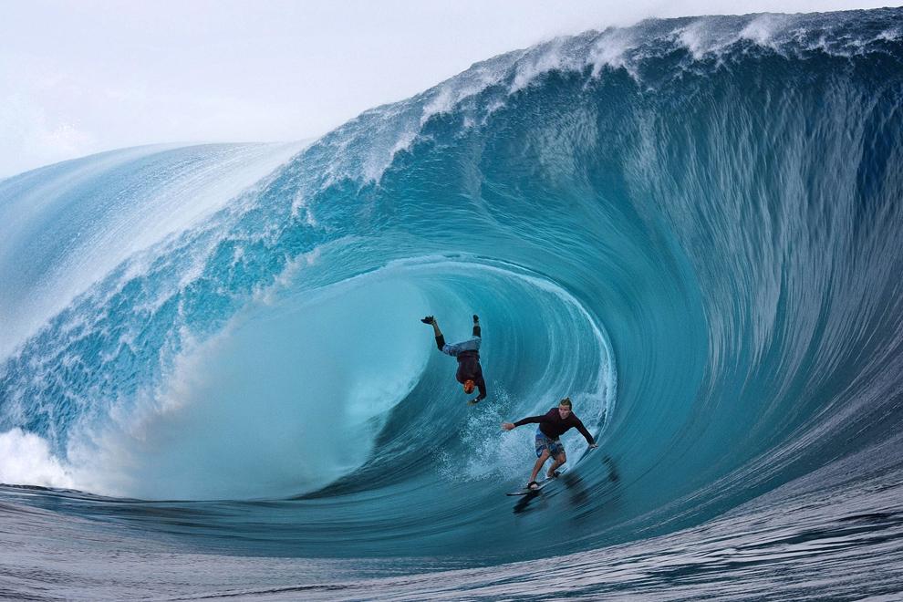 Garrett McNamara(S), din SUA si Mark Healey(D), din SUA, concurează în timpul unei competiţii de surf din sudul oceanului Pacific, pe insula Tahiti, din Polinezia Franceza, sâmbătă, 1 iunie 2013.