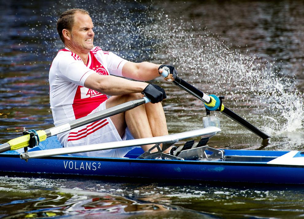 Antrenorul echipei Ajax Amsterdam, Frank de Boer, concurează în timpul cursei de 200 m a competiţiei AEGON City Rowing Amsterdam, pe canalul Keizersgracht, din Amsterdam, Olanda, vineri, 28 iunie 2013.