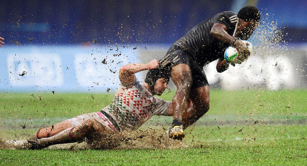 1.Jucătorul Angliei, Rob Vickerman (S), îl atacă pe jucătorul Noii Zeelandei, Tomasi Cama(D), în timpul finalei campionatului de rugby 2013 Rugby World Cup Sevens, de pe stadionul Luzhniki, din Moscova, Rusia, duminică, 30 iunie 2023.