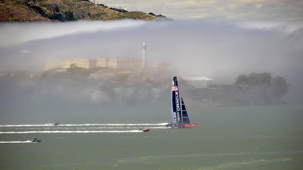Yachtul de competiţie al echipei Oracle navighează în timp ce testează traseul, pregătindu-se pentru Cupa Americii din San Francisco Bay, San Francisco, California, miercuri, 26 iunie 2013.
