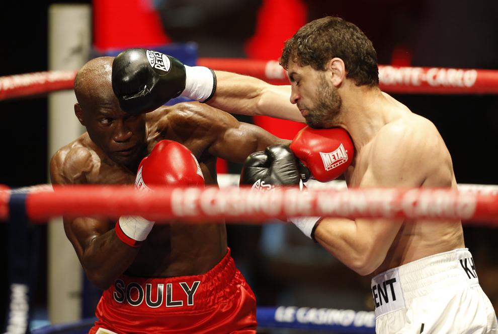 Souleymane M'Baye (S) se luptă cu Khabib Allakhverdiev (D) în timpul meciului de box, categoria semiuşoară, în Monaco, marţi, 13 iulie 2013.