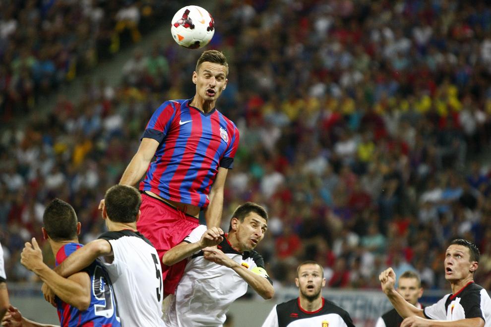 Lukasz Szukala, de la Steaua Bucureşti, loveşte un balon cu capul în meciul cu Vardar Skopje, contând pentru prima manşă din turul doi preliminar al Ligii Campionilor, pe Arena Naţională, în Bucureşti, marţi, 16 iulie 2013.