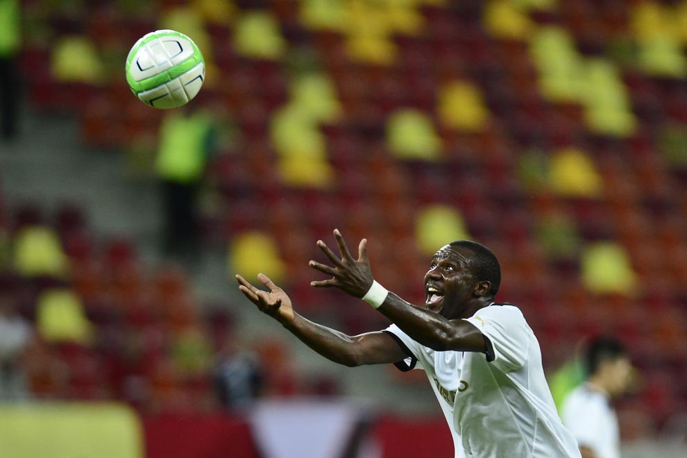 Fwayo Tembo, de la Astra Giurgiu, reacţionează în timpul meciului cu Omonia Nicosia, din prima manşă a turului doi preliminar al Ligii Europa, pe Arena Naţională, în Bucureşti, joi, 18 iulie 2013.