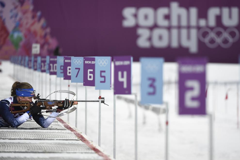 Susan Dunklee, Statele Unite ale Americii, trage în proba de biatlon sprint din cadrul Jocurilor Olimpice de Iarnă, în Soci, Rusia, duminică, 9 februarie 2014.
