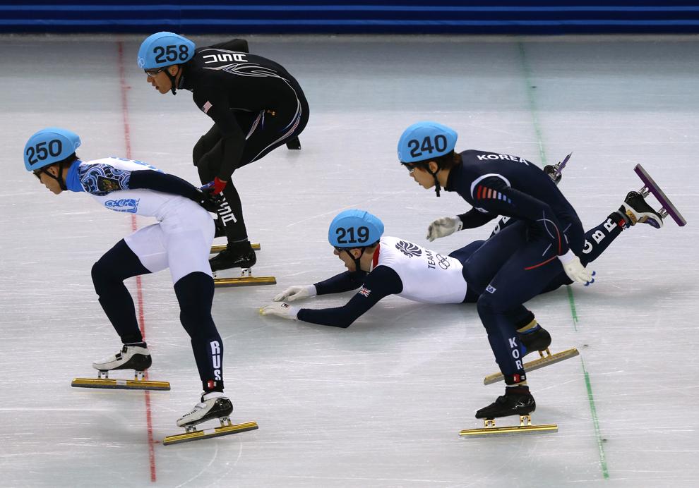 Jack Whelbourne (S2), Marea Britanie, cade în timpul finalei probei de patinaj viteză 1500m din cadrul Jocurilor Olimpice de Iarnă, în Soci, Rusia, luni, 10 februarie 2014.