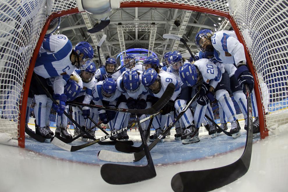 Echipa finlandeză de hochei discută, înaintea începerii meciului împotriva echipei Canadei, în timpul Jocurilor Olimpice de Iarnă, în Soci, Rusia, luni, 10 februarie 2014.