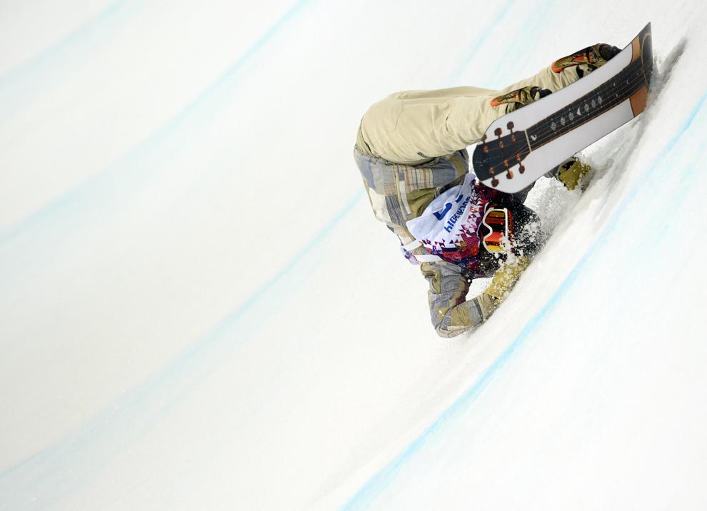Danny Davis, Statele Unite ale Americii, se accidentează în finala probei masculine de snow-board half-pipe, din cadrul Jocurilor Olimpice de Iarnă, în Rosa Hutor, Rusia, marţi, 11 februarie 2014.