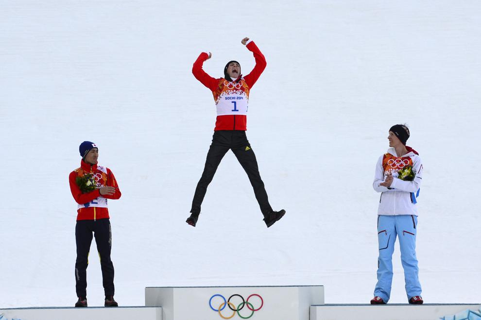 Medaliatul cu argint, japonezul Akito Watabe (S) alături de medaliatul cu aur, germanul Eric Frenzel (C) şi medialiatul cu bronz, norvegianul Magnus Krog (D) se bucură în timpul ceremoniei de premiere a probei combinata nordică individual, 10 km din cadrul Jocurilor Olimpice de Iarnă, în Rosa Hutor, Rusia, miercuri, 12 februarie 2014.