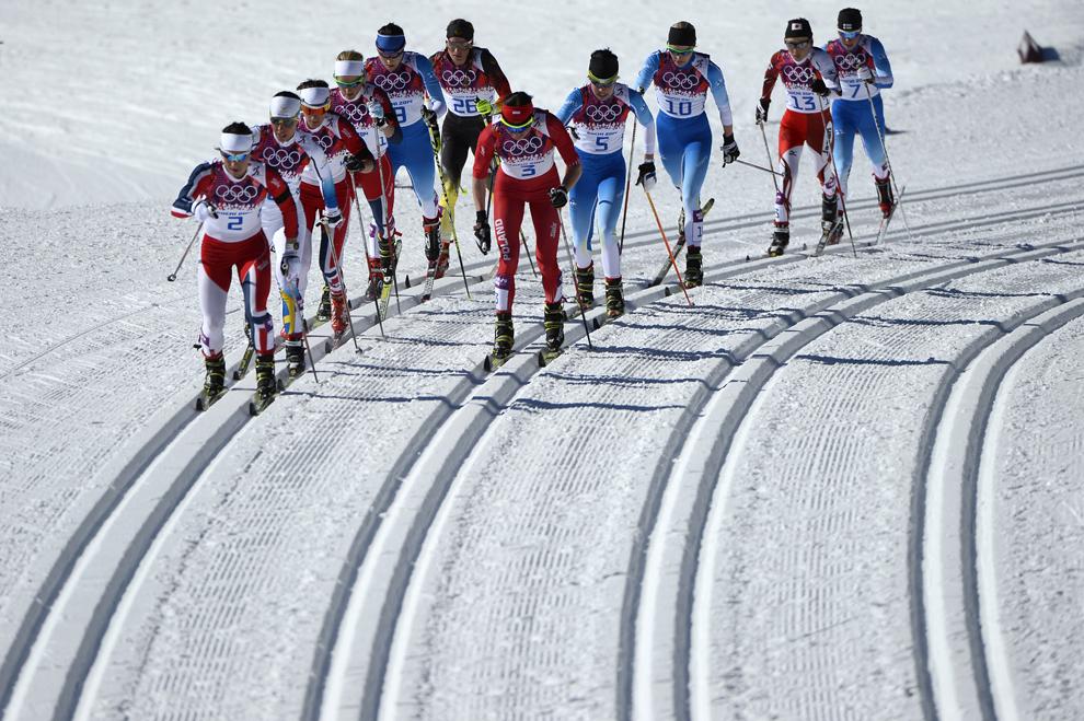 Marit Bjoergen (S) din Norvegia şi Justyna Kowalczyk (D) din Polonia, concurează în proba feminina de schi fond 7,5km+7,5km skiathlon, din cadrul Jocurilor Olimpice de Iarnă, în Soci, Rusia, sâmbătă, 8 februarie 2014.