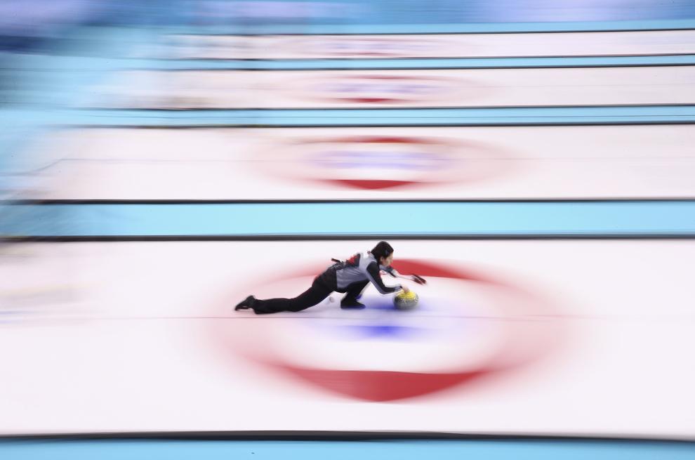 Jill Officer, Canada, se antrenează pentru proba de curling din cadrul Jocurilor Olimpice de Iarnă, în Soci, Rusia, duminică, 9 februarie 2014.