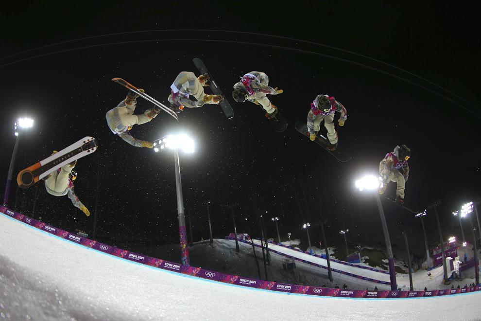 Imagine cu expunere multiplă: Danny Davis, Statele Unite ale Americii, concurează în finala probei masculine de snow-board half-pipe, din cadrul Jocurilor Olimpice de Iarnă, în Rosa Hutor, Rusia, marţi, 11 februarie 2014.