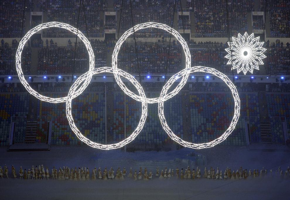 Artişti cântă în timpul prezentării cercurilor olimpice din cadrul deschiderii  Jocurilor Olimpice de Iarnă, în Soci, Rusia, vineri, 7 februarie 2014.
