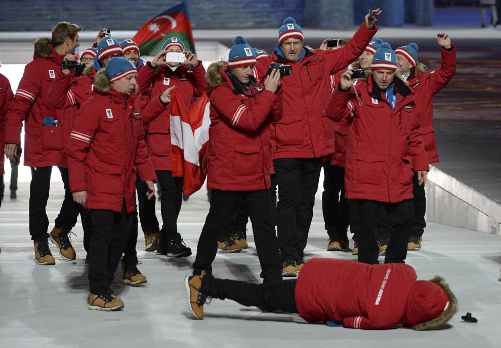 Un membru al delegaţiei austrice cade, în timpul ceremoniei de deschidere a Jocurilor Olimpice de Iarnă desfăşurate în Soci, Rusia, vineri, 7 februarie 2014.