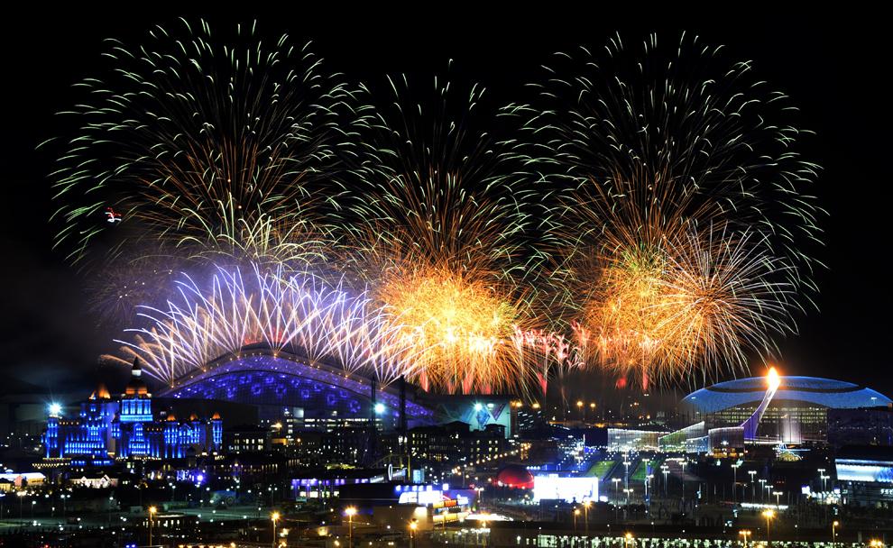 Artificii explodează deasupra parcului olimpic, în timpul ceremoniei de deschidere a Jocurilor Olimpice de Iarnă desfăşurate în Soci, Rusia, vineri, 7 februarie 2014.
