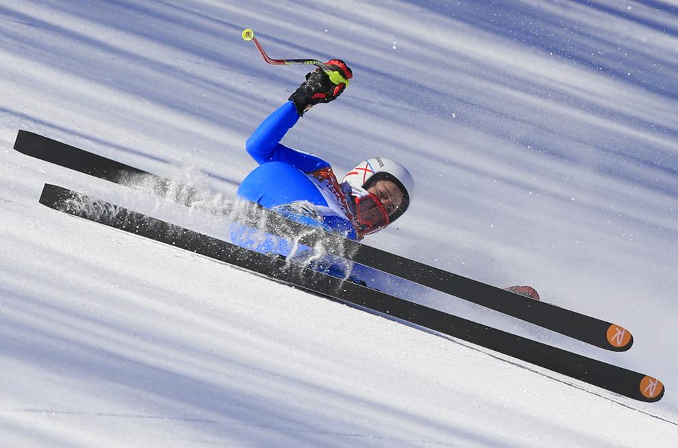 Federica Brignone, Italia, cade în timpul antrenamentelor pentru proba de schi alpin coborâre din cadrul Jocurilor Olimpice de Iarnă,  în Rosa Hutor, Rusia, sâmbătă, 8 februarie 2014.