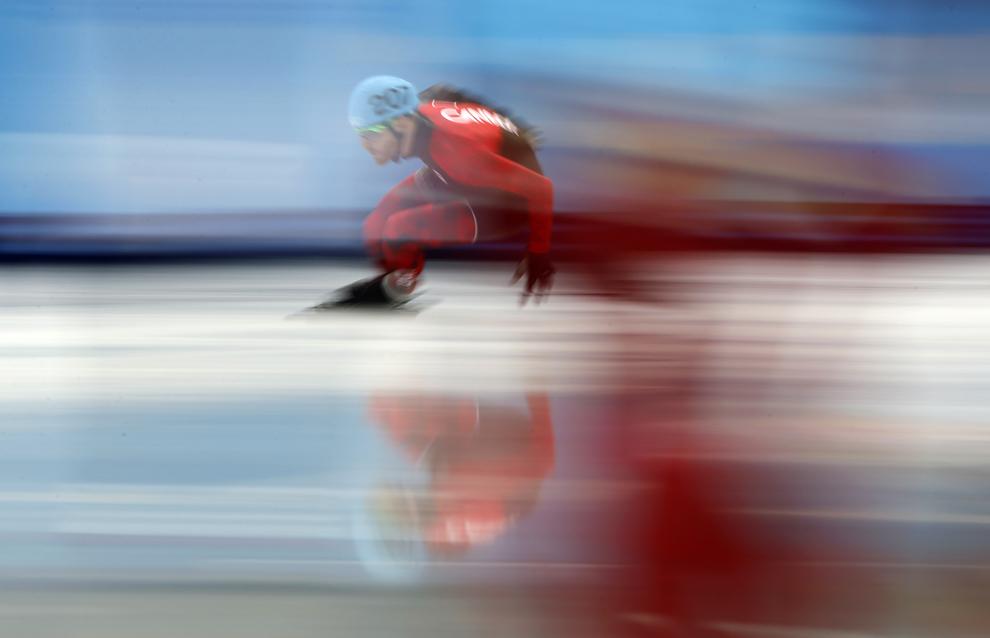 Olivier Jean, Canada, se încălzeşte înaintea startului în sfertul de finală a probei de patinaj viteză 100m din cadrul Olimpiadei de Iarnă de la Soci, în Soci, 15 februarie 2014.