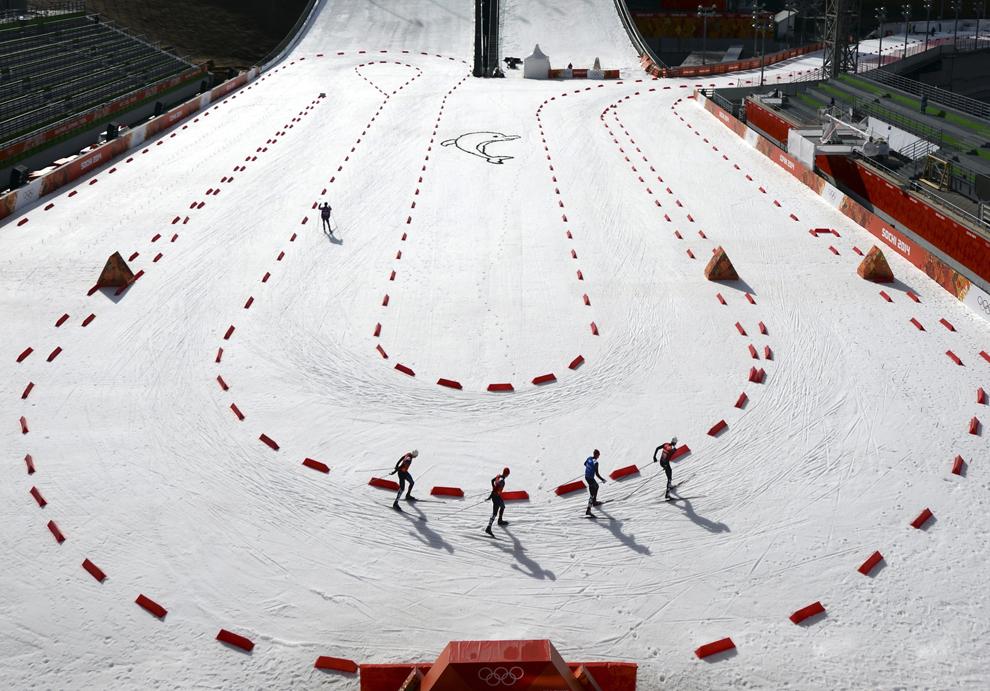Sportivi se antrenează pentru proba de schi alpin – combinata Nordica, din cadrul Jocurilor Olimpice de Iarnă, în Rosa Hutor, Rusia, miercuri, 19 februarie 2014.