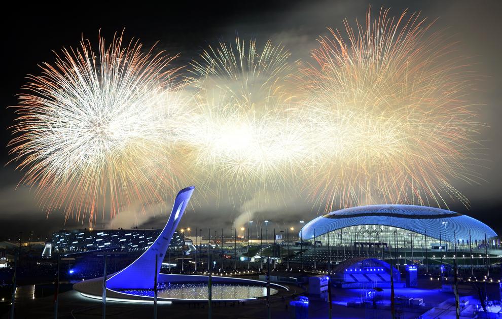 Artificii explodează la finalul ceremoniei de închidere a Jocurilor Olimpice de Iarnă, in Soci, Rusia, duminică, 23 februarie 2014.