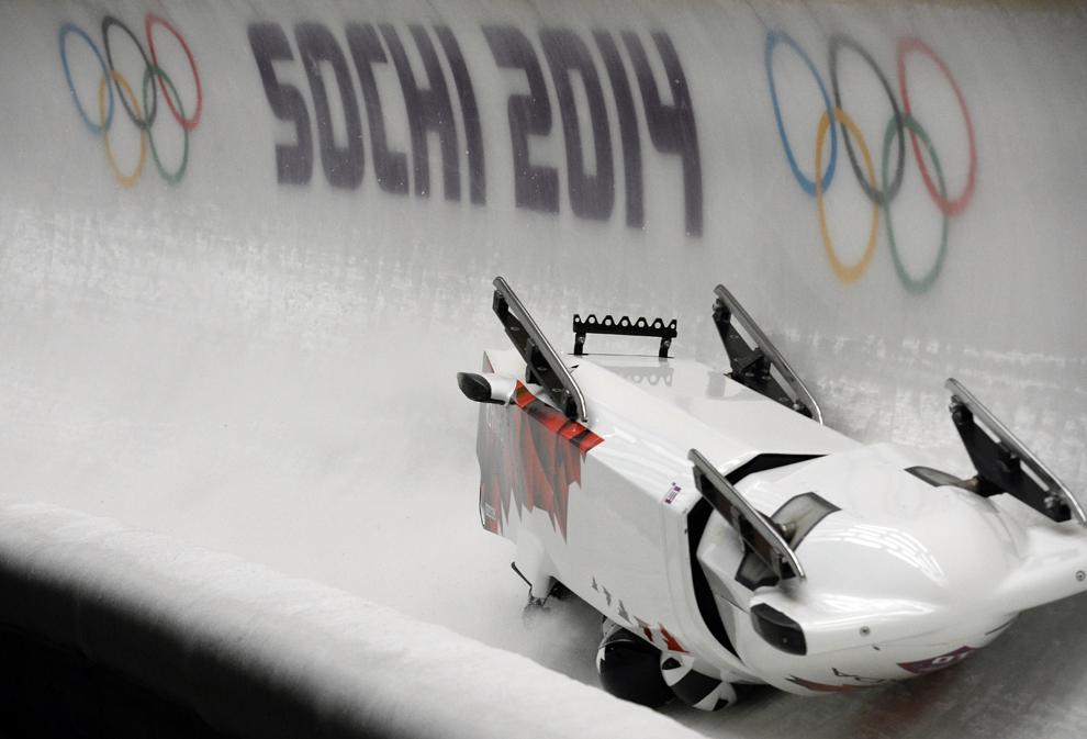 Echipa de bob masculin - patru persoane a Canadei – 3 se rastoarnă în runda a doua a probei de bob masculin – patru persoane, din cadrul Jocurilor Olimpice de Iarnă, în Soci, Rusia, sâmbătă, 22 februarie 2014.