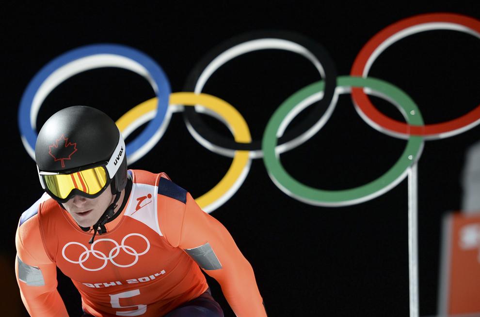 Canadianul Matthew Rowley aşteaptă începutul celei de a doua sesiuni de antrenamente la proba de sărituri cu schiurile, în Rosa Khutor, joi, 13 februarie 2013.