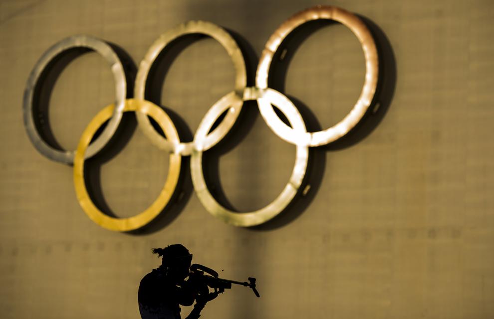 Olga Podchufarova, Rusia, trage în poligon, în cadrul perioadei de încălzire ce a precedat proba individuală de biatlon 15km, în timpul Olimpiadei de Iarnă de la Soci, centrul alpin Rosa Kuthor, februarie 14, 2014.