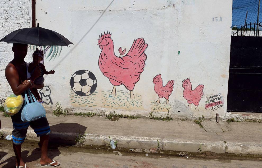 Fotografie cu un graffiti pe un zid din favela Olinda, lângă Recife, în nord-estul Braziliei, pe 18 iunie 2013.