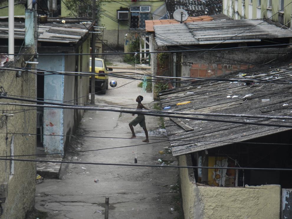 Fotografie realizată de un copil în cadrul unui proiect fotografic organizat de AFP pentru copiii din favela Cidade de Deus, reprezentănd un băiat ce jonglează cu mingea pe o stradă din Cidade de Deus, în Rio de Janeiro, Brazilia, la 13 aprilie 2013.